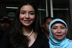 Manohara Odelia Pinot US-Indonesian model Manohara Odelia Pinot (L), the now. Wife Of Malaysian Prince Flees Home To Indonesia Following Abuse Claims - Wife%2BMalaysian%2BPrince%2BFlees%2BHome%2BIndonesia%2B-lS2Pr7HYfYl
