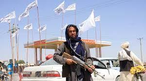 طالبان تستحوذ على أسلحة أمريكية إثر استسلام الجنود الأفغان أمام تقدمها