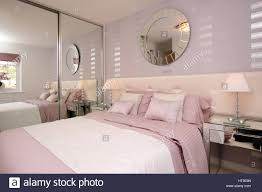 Wohngebäude, Schlafzimmer, Rosa Farben Weiß, Silber Funktionen,  Verspiegelte Schränke, Eigenschaftswand, Rosa Tagesdecke, Weiße Werfen,