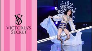Victoria\u0027s Secret Model Ming Xi Falls on Catwalk - YouTube