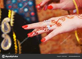 руки и пальцы тянутся к хны женская рука с тату хной мягкий фокус