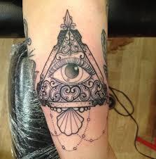тату на бицепсе девушки пирамида и глаз фото рисунки эскизы