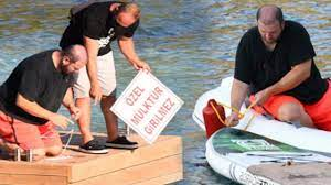 """Marmaris'te ıssız bir koyda yazlık satın alan Şahan Gökbakar günübirlik  teknelere karşı """"Özel mülktür girilmez"""" tabelası astı.."""