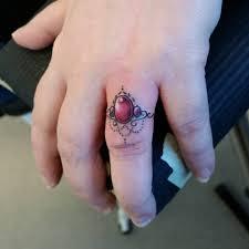 цветное тату кольца на безымянном пальце девушки фото рисунки эскизы