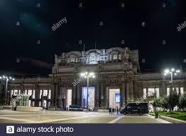 Milano - Coronavirus - Stazione Centrale quasi deserta, molti treni  notturni a media e lunga percorrenza sono stati