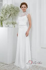 Schmales Brautkleid Mit Hochgeschlossenem Oberteil Aus Spitze