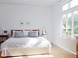 Pareti Azzurro Grigio : Camera da letto bianca con parete rossa triseb