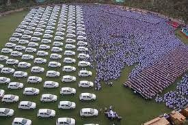 surat bussinessman gifts car flats to employees employees get cars flats as gifts cars