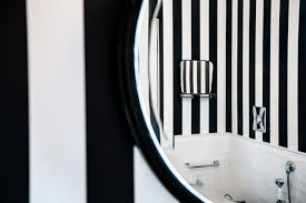 Pavimento Scuro Bagno : Motivi per amare il bianco e nero anche in un piccolo bagno