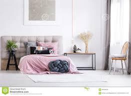 Modisches Schlafzimmer Mit Orange Stuhl Stockfoto Bild Von Möbel