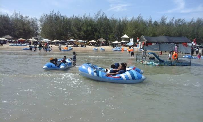Pantai Karang Jahe, bisa untuk berenang usia anak-anak.