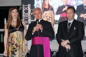 Mons. Scarano con Michelle Hunziker