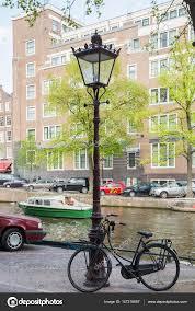Fiets Geparkeerd Door Een Oude Straat Lamp Langs Kanaal Met Boten