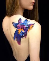 цветное тату жирафа на лопатке девушки фото рисунки эскизы