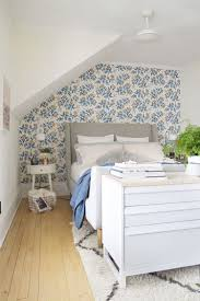 Dachschraege Ideen Schlafzimmer Tapete Florales Muster Posterbett