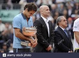 Der Schweizer Roger Federer weint nach dem Finale der Herren im Einzel  gegen den Schweden Robin Söderling beim French Open Tennisturnier im Roland  Garros Stadion in Paris, Sonntag, 7. Juni 2009. Der