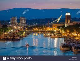 Pescara, Italien - Die Ansicht in der Dämmerung von Ponte del Mare  monumentale Brücke in den Kanal und den Hafen von Pescara Stadt, Region  Abruzzen Stockfotografie - Alamy