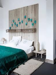 Coole Deko Ideen Fürs Schlafzimmer Mit DIY Kopfteil Aus Holz Mit Blauen  Wandleuchten
