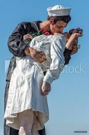 photo art print sailor and nurse while kissing statue san go europosters