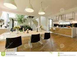 Esszimmer Mit Weißer Tabelle Und Schwarzen Stühlen Stockbild