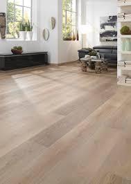 Ein wunderschönes, helles Wohnzimmer mit Vinylboden von KWG. Hier ...