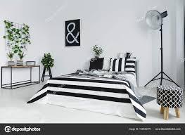 Schlafzimmer Mit Pflanzen Und Lampe Stockfoto Photographeeeu