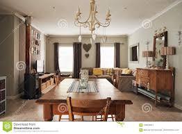 Eettafel En Woonkamer In Een Huis In De Voorsteden Stock Afbeelding