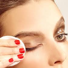 best eye makeup remover woman removes eye makeup with cotton pad kebaikan oil free eye makeup