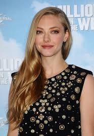 amanda seyfried kept her beauty look low key with some neutral eyeshadow and subtle lipstick