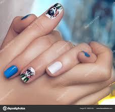 女性の手の爪に美しい冬女性マニキュア クローズ アップ ストック写真
