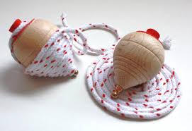 Resultado de imagen para imagenes de niños con juguetes clásicos como el yoyo,trompo