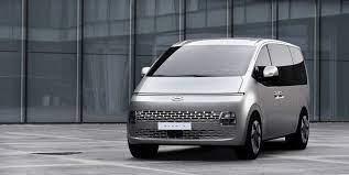 Der koreanische Hersteller Hyundai präsentiert eine neue Generation  Großraumlimousine. Der Staria fällt mit individuellem Design auf.