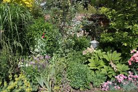 I love round garden beds - the keyhole is ideal