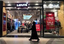 تقرير: السعودية تدرس السماح للمحلات والمطاعم بالعمل وقت الصلاة