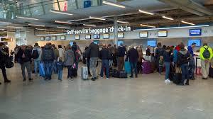 Grote drukte op Eindhoven Airport, maar geen chaos: 'Ik hoefde maar vijf  minuten te wachten' - Omroep Brabant