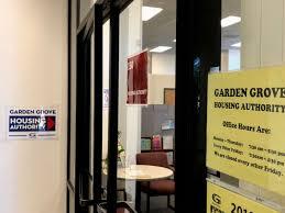 lối vào cơ quan trợ cấp housing authority văn phòng garden grove 12966 euclid ste 150 ca 92840 hình linh nguyễn người việt