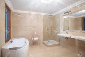 Elegante Geräumige Badezimmer Interieur In Beige Farben Lizenzfreie