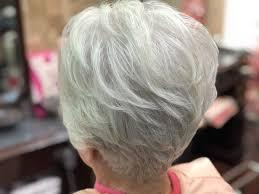 60代以上のグレイホワイトヘアスタイル くせ毛ブローレスカット
