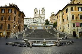 Am fuß der treppe wird die piazza di spagna von einem ungewöhnlich geformten brunnen geschmückt, dem fontana della barcaccia. Spanische Treppe Roms Imposante Freitreppe Ferienwohnung Rom