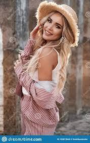 Portrait D'une Jolie, Belle Et Romantique Jeune Femme De Sourire Avec De  Longs Cheveux Blonds Lâches Dans Un Chapeau De Paille Pa Photo stock -  Image du lifestyle, outside: 152673644