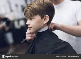 Kadeřník Je Módní Pěkný účes Pro Chlapce V Moderní Holičství