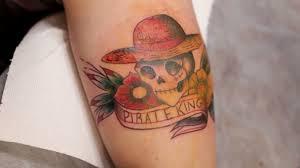 Detail Tetování S Lebkou Na Straně Muže Tetovací Salon