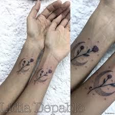луна с цветами тату на запястье у девушки добавлено иван вишневский