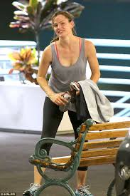 Jennifer garner is one busy woman. Jennifer Garner Smiles For Miles Make Up Free After Sweating It Out At The Gym Daily Mail Online