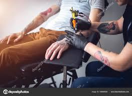 татуировка машины сделать опираясь на мужской руки стоковое фото
