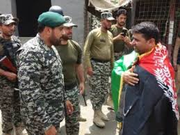 stan army presents gifts and sweets to afghan solrs at torkham border on afghan independence day