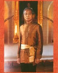 สมเด็จพระนางเจ้าสิริกิติ์ พระบรมราชินีนาถ พระบรมราชชนนีพันปีหลวง  ได้พระราชทานแบบเสื้อฉลองพระองค์พระบาทสมเด็จพระมหาภูมิพลอดุลยเดชมหาราช…