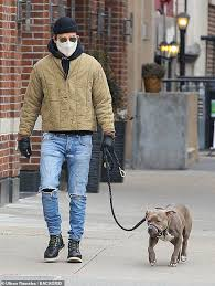 Justin was born and raised in washington, dc, the son of phyllis (grissim), a writer for the washington post, and eugene theroux, a corporate lawyer. Justin Theroux Sticks To Signature Style Of Ripped Jeans Beanie And Shades As He Walks Dog In Nyc Daily Mail Online