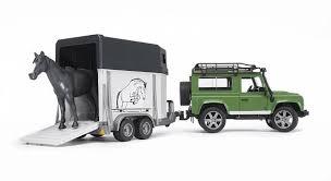 Внедорожник Land Rover Defender с прицепом-коневозкой и ...