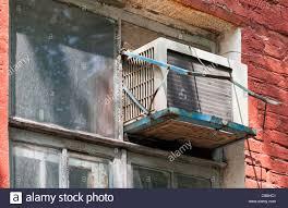 Alte Klimaanlage Wärmepumpe Auf Fenster Montiert Stockfoto Bild